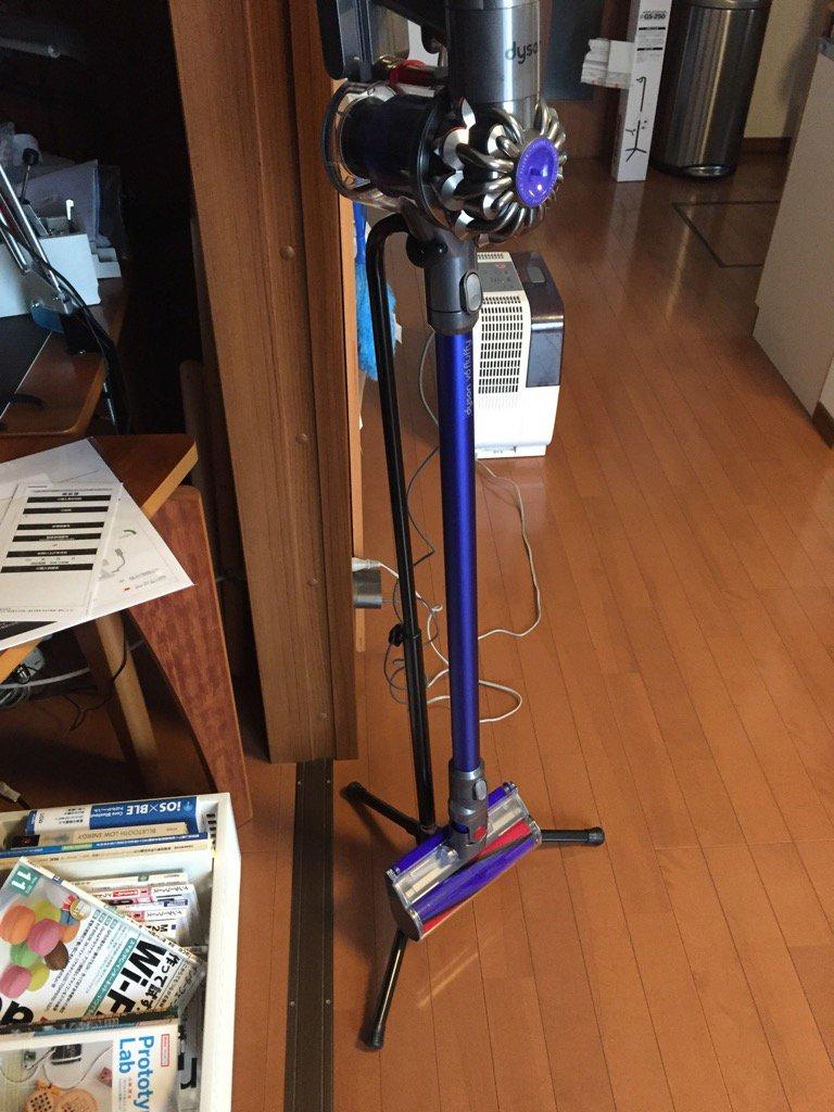 ほんと、このギタースタンド、あつらえたかのようにダ掃除機かけとくのに合う https://t.co/SFmg3qmvJC