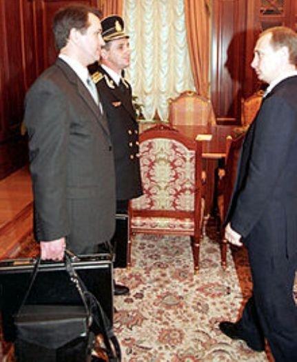 הנשיא פוטין מסתובב בכל מקום עם מזזודה לשיגור טילים גרעינים בשעת חירום CUft_PJWoAEP9-J?format=jpg&name=small