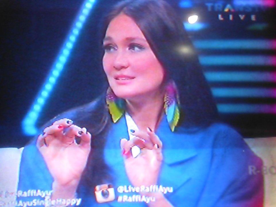 Duh cantiknya @LunaMaya26 😍 baju biru 💙 like it👍 di @LiveRaffiAyu @RaffiAhmadLagi @mrsayudewi  #RaffiAyuSingleHappy https://t.co/925M3NyA0K