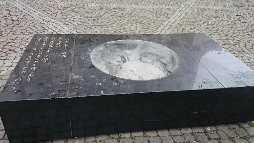 あまりにも日本人観光客にネロとパトラッシュの事を聞かれて仕方なく建てられた記念碑 pic.twitter.com/uvdlZ852Ww