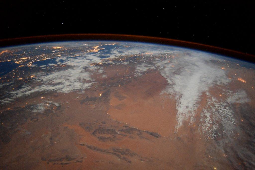 月の砂漠とヨーロッパの町の光。今日は、砂漠のほうが美しく感じました。同じように見えても、月や雲の様子等、多くの条件が違いますからね。でも、美しさの判断を一番大きく左右するのは、その時の気持ちかもしれませんね。 pic.twitter.com/P2mDYXqMcI