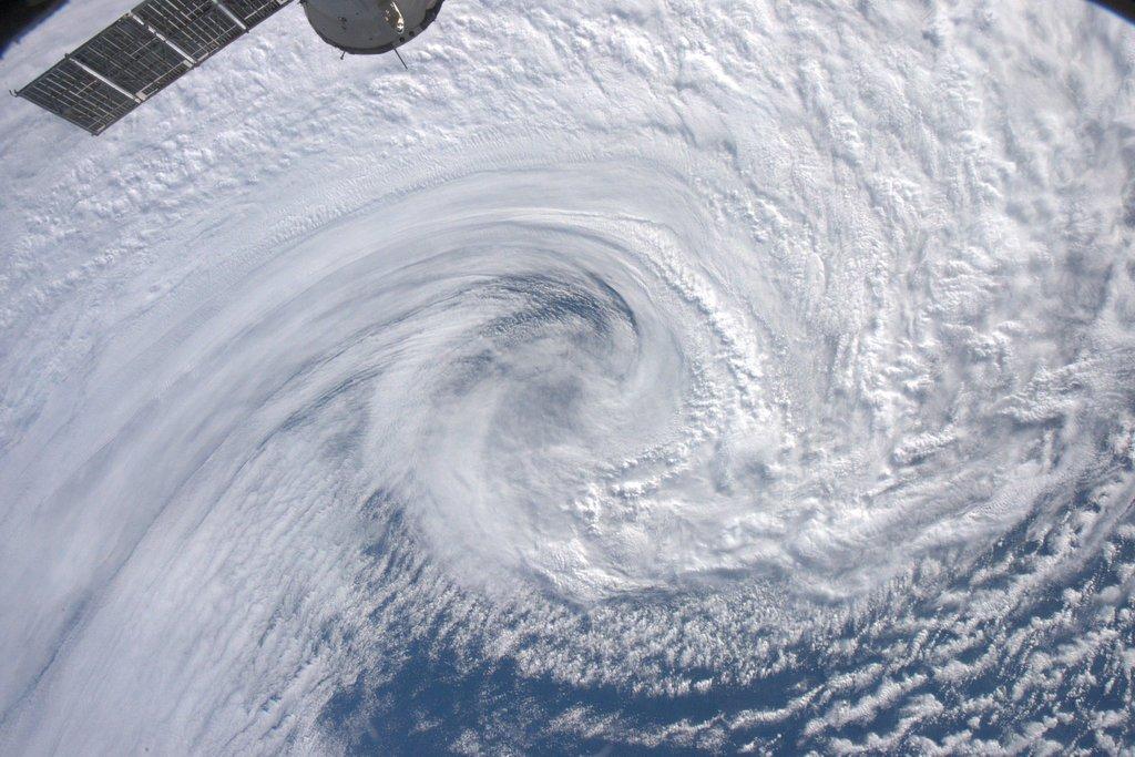 昨日、アルゼンチンの沖合いで撮影した低気圧です。皆さんには、ちょっと違和感があるかも。そうですね。南半球の低気圧なので、渦巻きが反対ですね。比較の為に、先日紹介した、アリューシャン列島の低気圧の写真も載せておきますね。 pic.twitter.com/UpK3iYGKcU