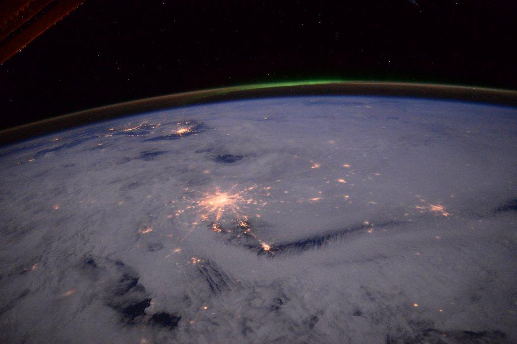 雲の下のモスクワ。「あの雲の下に、大西さんもいるんだよなぁ~。星の街のお友達も元気にしているかなぁ」なんて考えながら撮っている時「雲を通して見る光も雰囲気が違っていいな」と思いました。オーロラさんも「元気出してね!」と言っています。 pic.twitter.com/B7HnkHhgYn