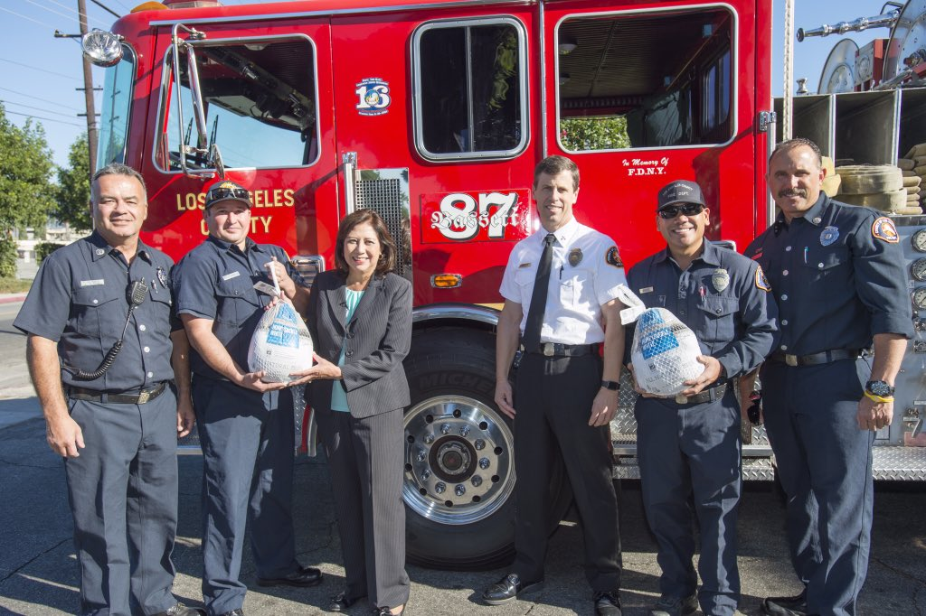 RT @HildaSolis Distributed 300 turkeys to community groups at #BassettPark today so that many will have a Happy Thanksgiving!
