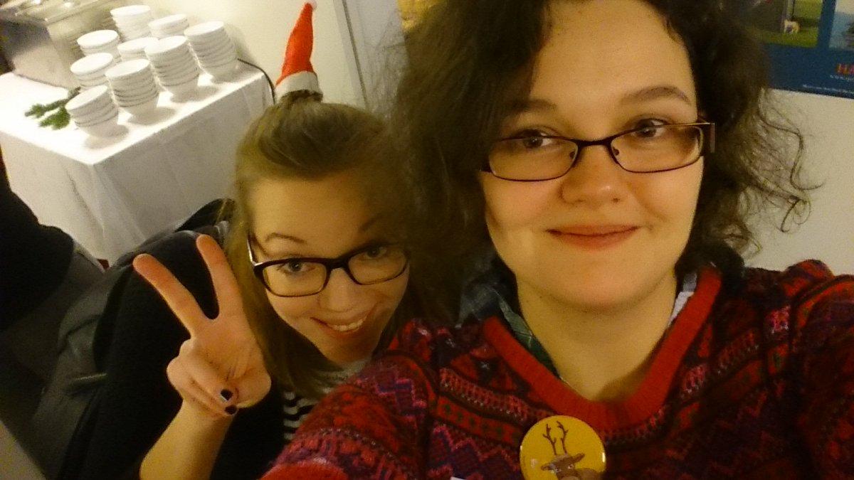 Bei @clickclackboum und mir setzt die Weihnachtsstimmung schon ein. #bookupDE  #Glühwein @hanserliteratur https://t.co/9Bv8lMsFbE