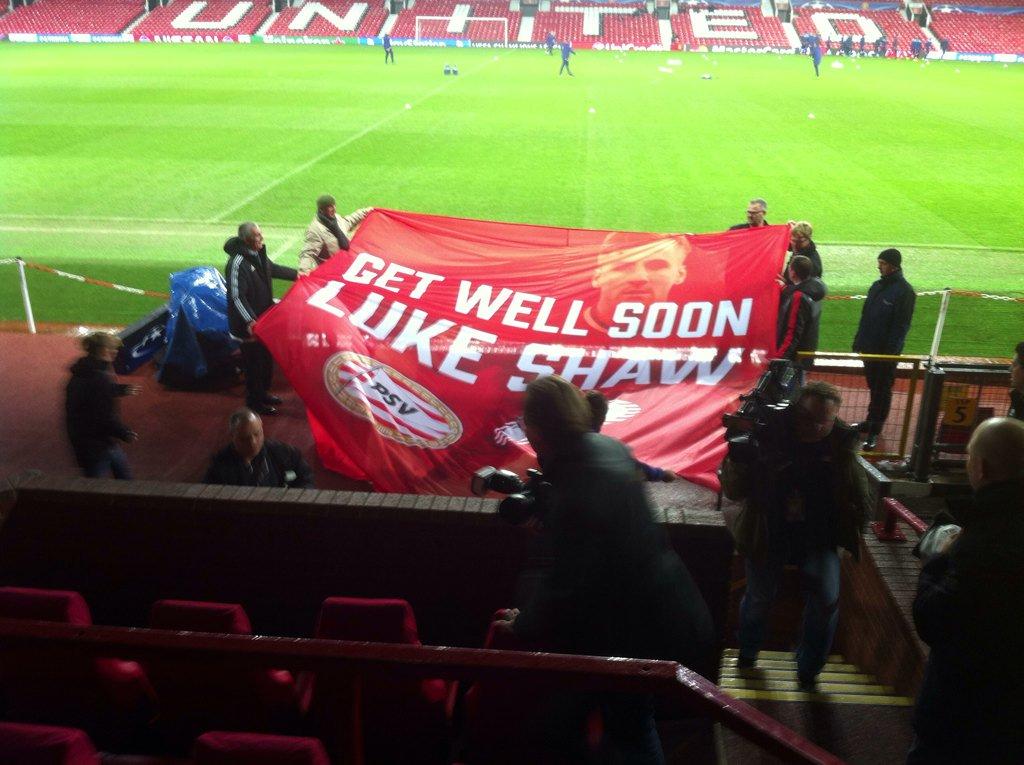 PSV-supporters steken vandaag en morgen bij de wedstrijd Luke Shaw een hart onder de riem. Mooie actie. https://t.co/TpjusVLKpt