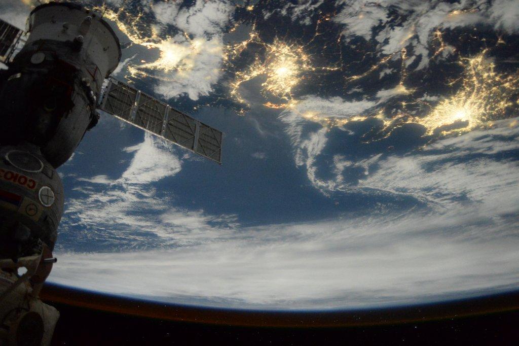 Our Soyuz and Japan) 来月には、このソユーズで地球へ帰ります。左席に座って、コマンダーを補佐するので、責任重大です。帰還へ向けた準備も、既に始まっているんですよ。最後まで、しっかり頑張りますからね。 pic.twitter.com/Cl29OUWIUU