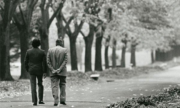La transición en 1989. Menem fue a Olivos y Alfonsín lo sacó a caminar por los jardines. Diferencias https://t.co/AOoLrgQSnk