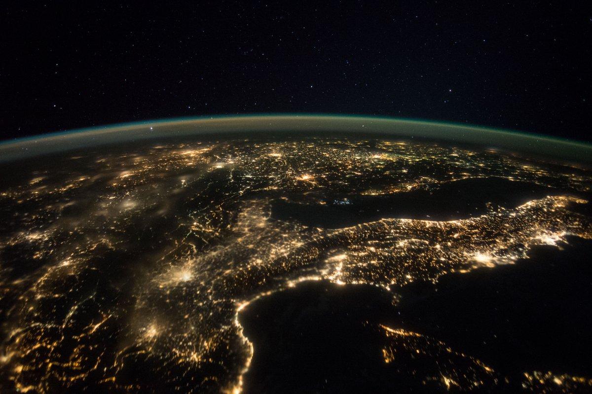 Die Erde Bei Nacht Gesehen Von Bord Der Iss Rechts Italien Das