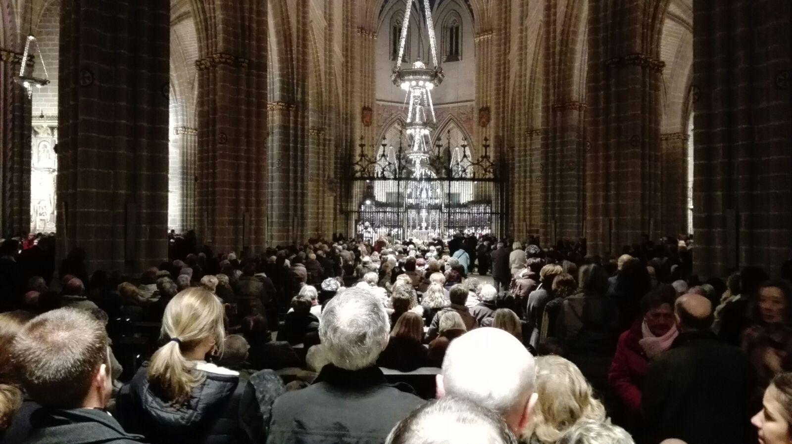 27/11 - Milhares encheram a Catedral de Pamplona em Missa de desagravo por profanação Eucarística