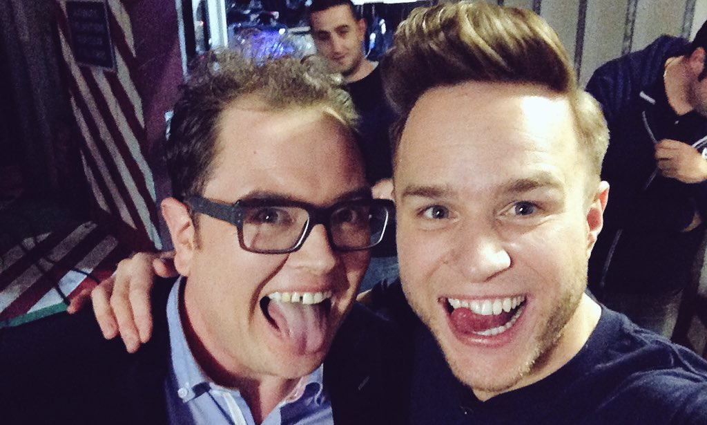 RT @chattyman: OMG there's a man on the loose! No, not @ollyofficial or @alancarr... that #photobomber! #chattyman #selfie https://t.co/Gol…