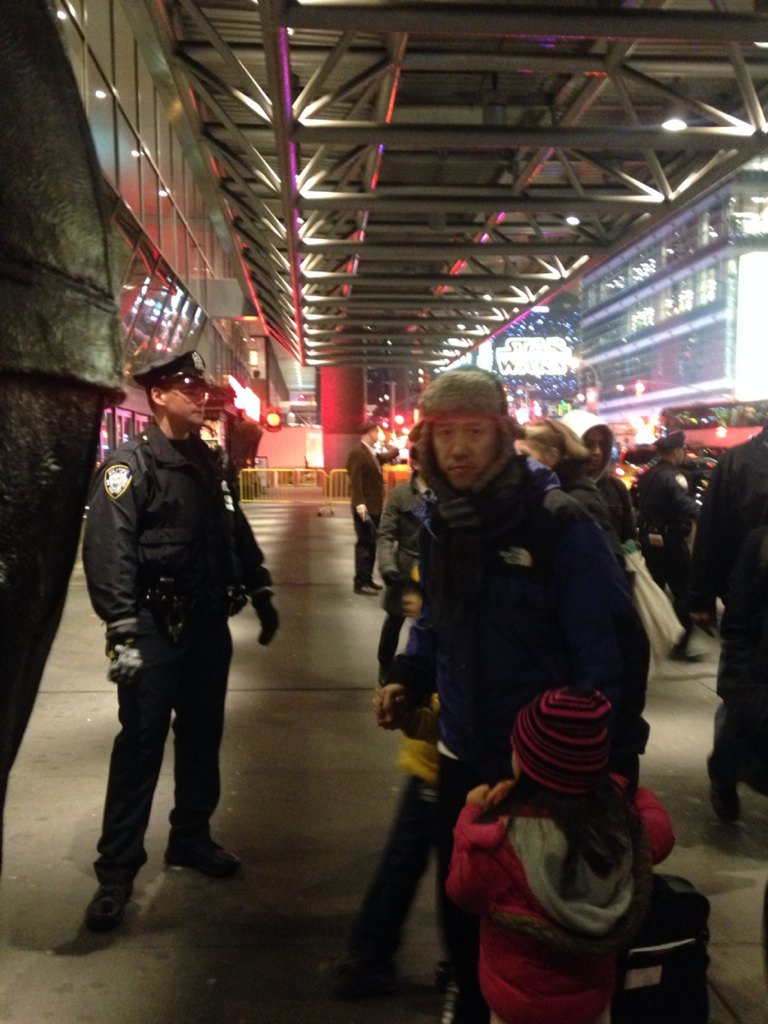 Complete chaos outside Port Authority. Station closed off inside and out #nyp https://t.co/VwrUY3PPH3