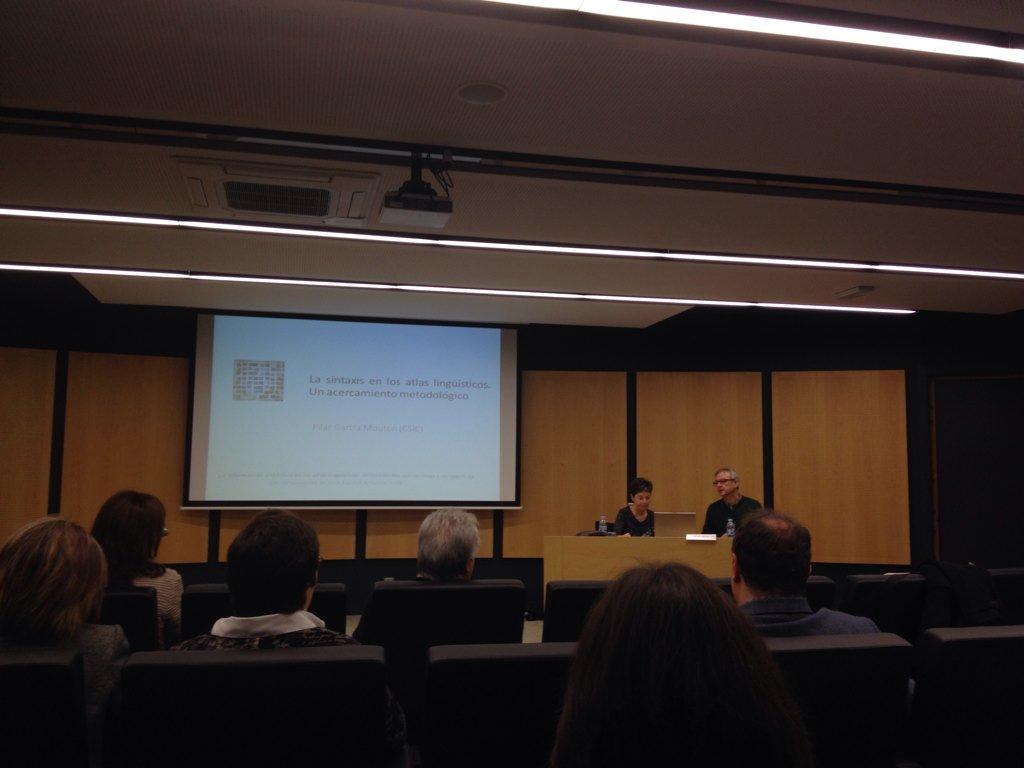 Plenaria de García Mouton, presentada por Brucart. Voy diciendo que ASUSTAN los nombrazos del workshop #sintatlasBCN https://t.co/9d6FEI25qV