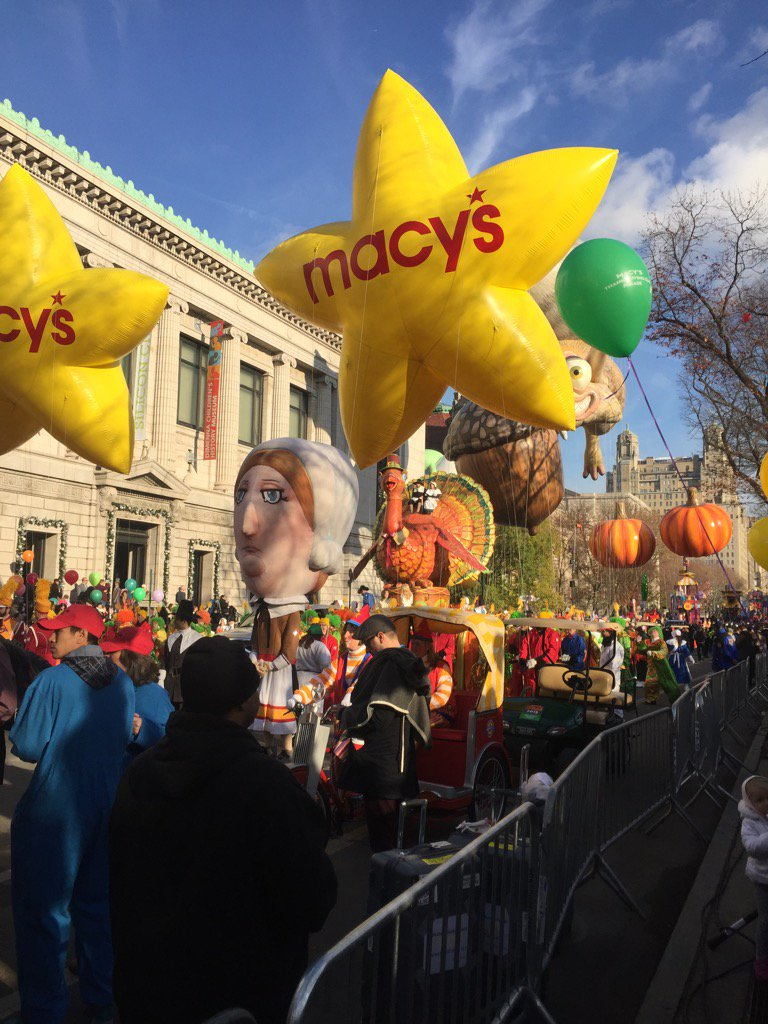 Let the @Macys thanksgiving parade begin! https://t.co/KgMx31sXj4