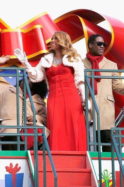 Mariah Carey fait la parade de noël à New York  CUwUsl2XAAAVdsr