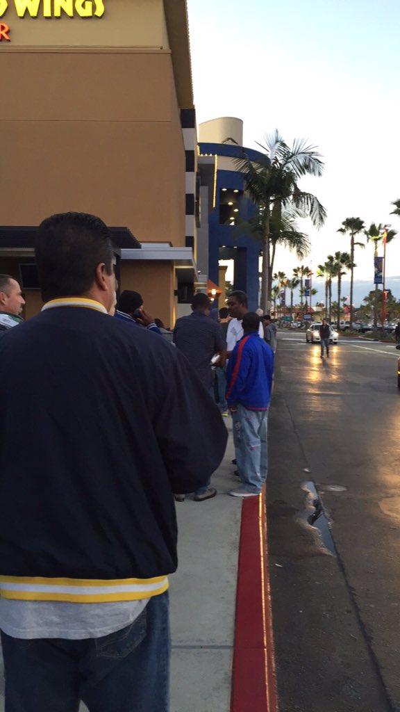 Standing in line outside of Best Buy. It's kinda freezing 😂 #BlackFriday https://t.co/XIQD3TkepC