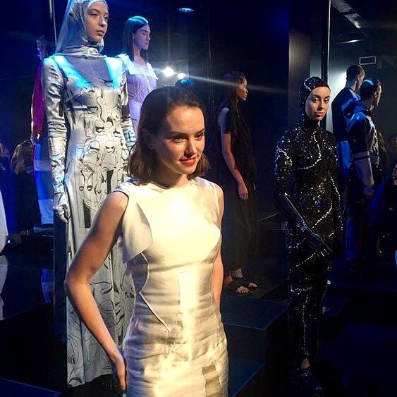 Actress #DaisyRidley poses with @GraceMandeville and her Hyperspace robotic hand from @openbionics #StarWarsFashion https://t.co/IAChxUzw1y