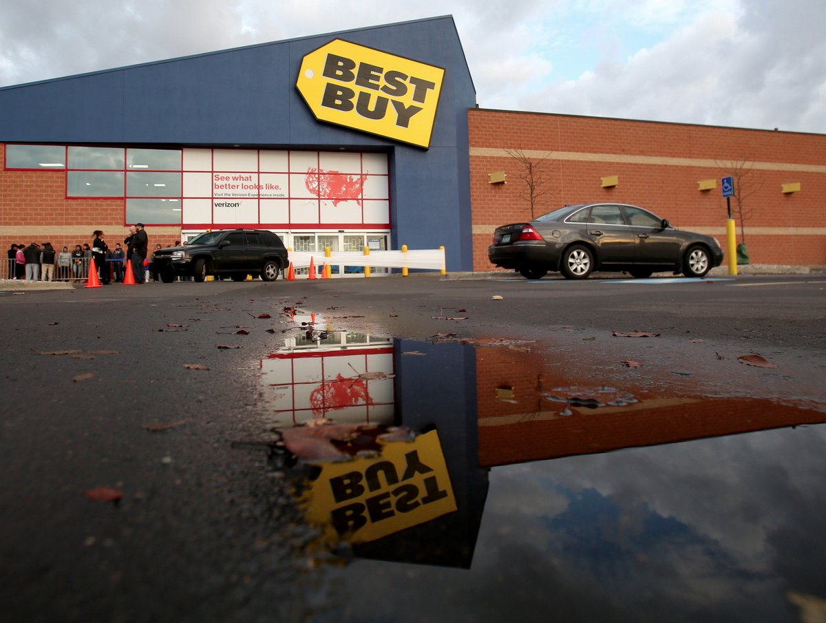 @BestBuy opened at 5 om for #BlackFriday. Shoppers in Madison Heights came for electronics & deals on iPads @freep https://t.co/noESbp6PhU