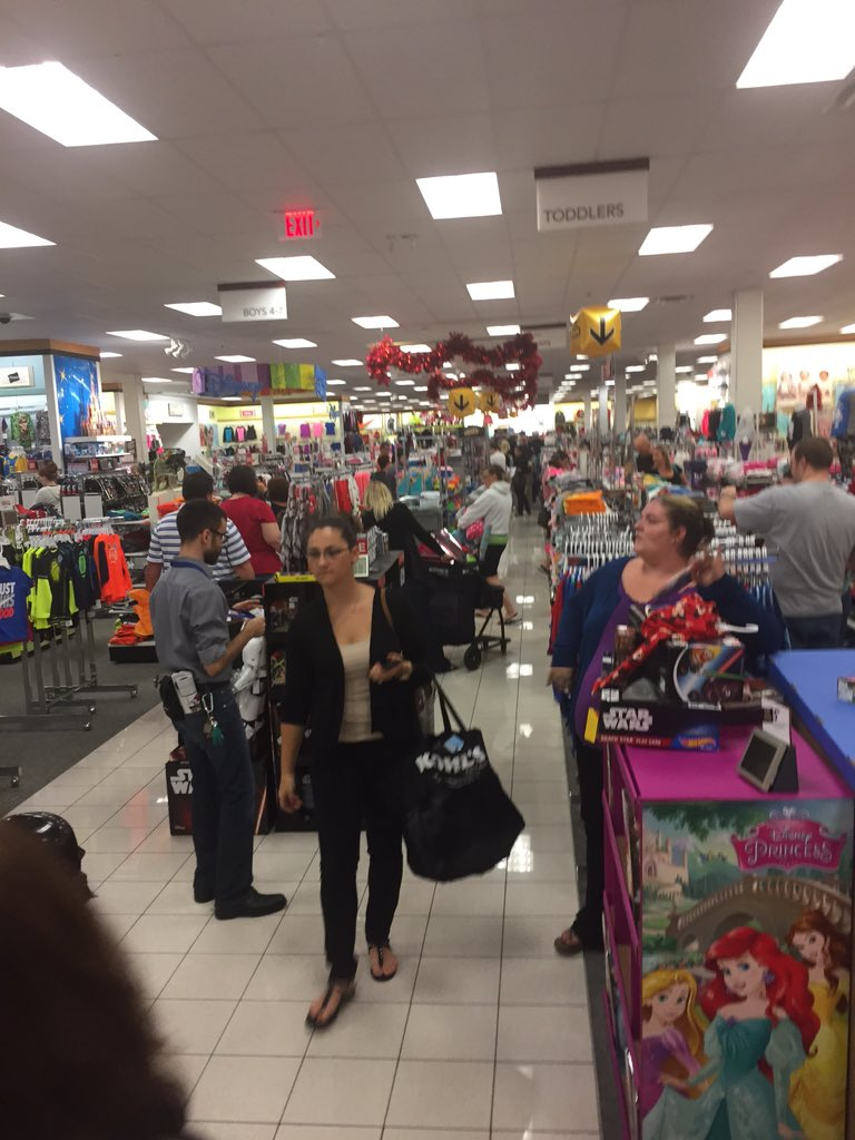 It's a long line to checkout at #jensenbeach @kohls but it's moving fast! Be patient #BlackFriday shoppers! @tcpalm https://t.co/xWK2Ok6x6z