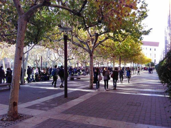 Cientos de personas esperan para ver el Debate entre @Pablo_Iglesias_ y @Albert_Rivera. ¡Nos llegan estas fotos! https://t.co/b1zm9mHkSi