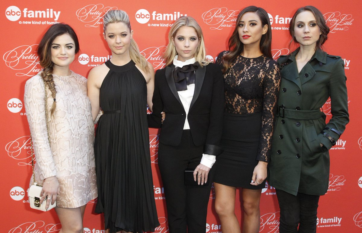 Only one month until the premiere @ABCFpll season 6B! Check out behind-the-scenes pics: https://t.co/5hzwE10w6P https://t.co/Vi9cIxqdnh