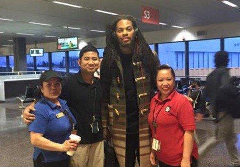 Seattle airport employees take photos with Waka Flocka Flame thinking it's Richard Sherman https://t.co/xTcw8viIu8