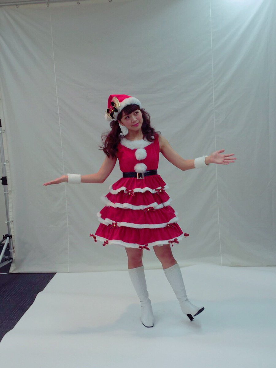 NEWシングル「ハッピーハッピークリスマス」きゃにめ.jp限定で発売中❤️ ジャケ写撮った時は余裕で半袖着てた時期だったなー(=゚ω゚)ノ笑