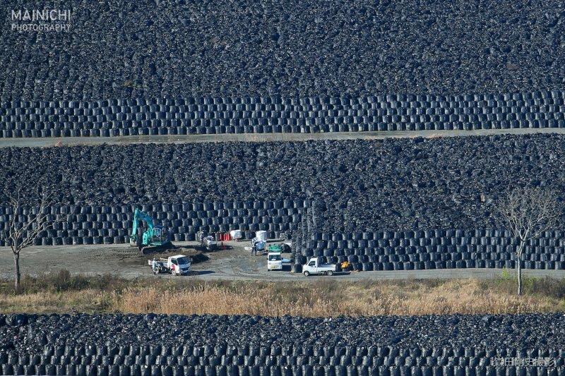 これだけ集めても除染すべき総量の3%に過ぎないとかいうニュースを以前に読んだ。 RT:@mainichiphoto 東京電力福島第1原発事故に伴う除染で取り除いた土などを入れた袋が、福島県内の11万カ所以上で山積みされ、増え続け… https://t.co/w9YQ3CsLrl
