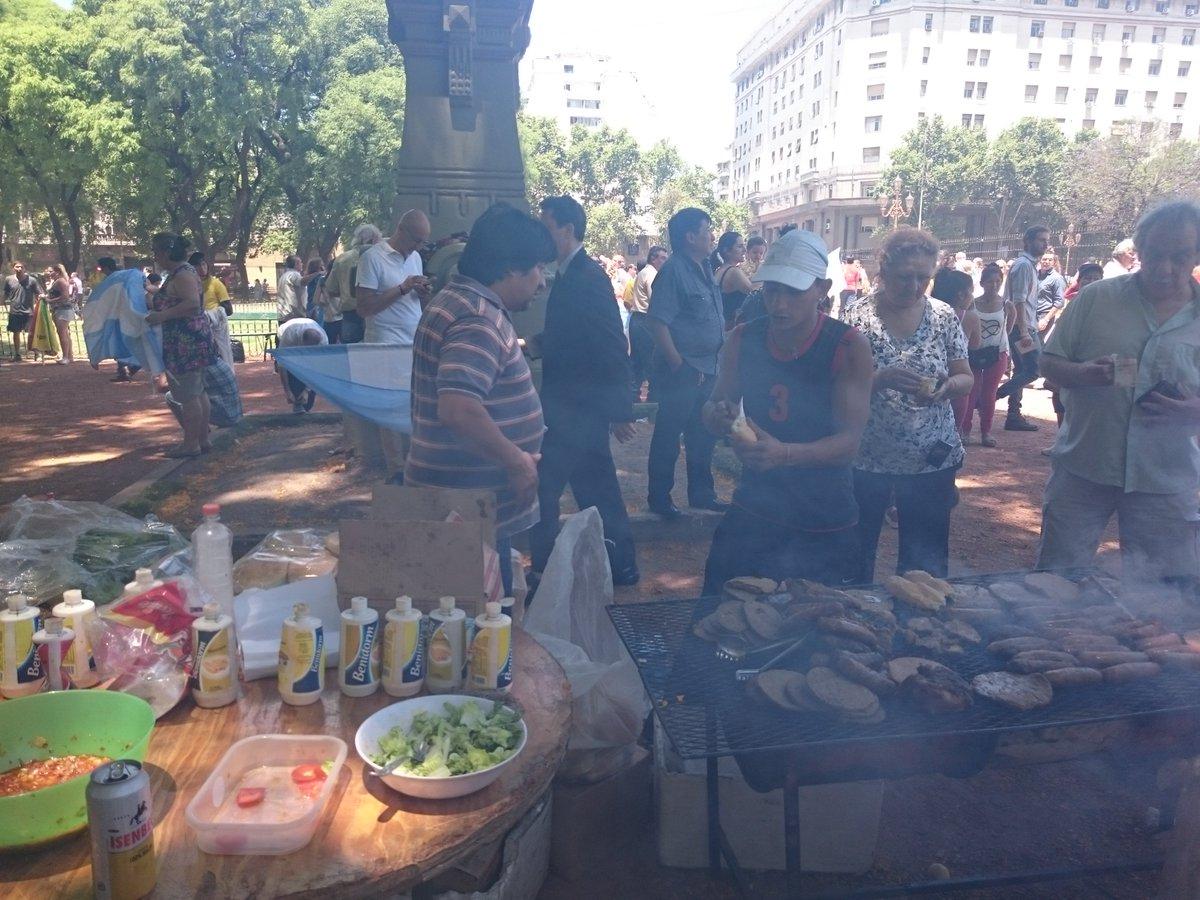 Sergio, vendedor de choripanes de la Plaza de los Dos Congresos: 'Esperaba un acto kirchnerista. No vendimos nada'.