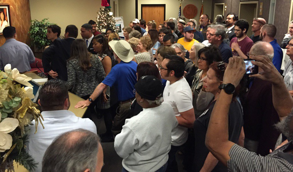 Arizona is #feelingthebern ! @BernieSanders supporters turn in petition to be on ballot https://t.co/2Z8Or3F6HE