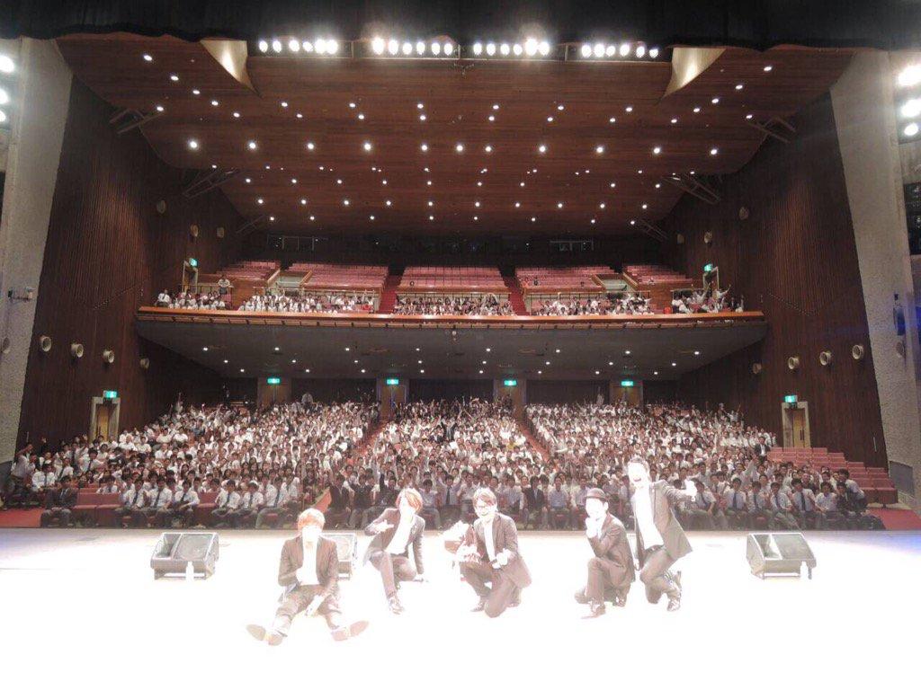 沖縄工業高校のみんなと。 男子が多い学校で、みんなナイスガイだったね。女子もみんな手を振ってくれて嬉しかったよ。ボイパ講座の2人最高やったね。ワウワウ♪最後の校歌もなんかジーンときたよ。みんな元気でね。また会おう! https://t.co/FTyEvGkx5k