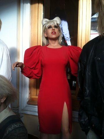Lady Gaga >> Noticias [13] - Página 16 CVAd_zaVEAAfrRk