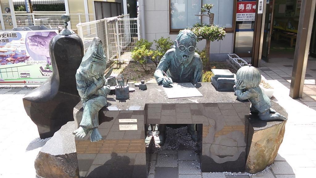 水木しげるロードの入口、境港駅前にて鬼太郎たちに囲まれながら執筆する水木しげる先生の像。これからこの画が実現するんよ。 pic.twitter.com/tTn53qAnZx
