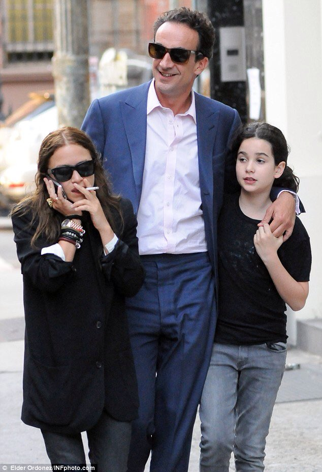 RT @EmFrid: Mary-Kate Olsen with new husband and step-daughter.  This picture makes me feel weird. https://t.co/SSZA3C2Oxn