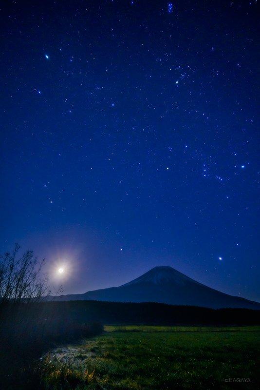 先ほど昇った月と冬の大六角形です。月光だけで辺りが照らされています。冬の大六角形は、リゲル、シリウス、プロキオン、ポルックス、カペラ、アルデバランを結んだ大きな星つなぎの環です。 pic.twitter.com/PPsAVZ63Qg