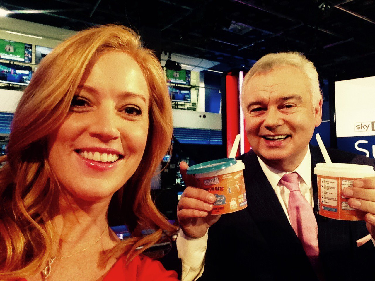 RT @skysarahjane: This morning I made @EamonnHolmes breakfast...well i put water in a porridge pot!  He was delighted... #thickorrunny http…