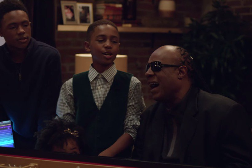 Watch: Apple's Christmas ad features Stevie Wonder and six seconds of tech https://t.co/H8u15hBde0 https://t.co/TqpLyVxxFl
