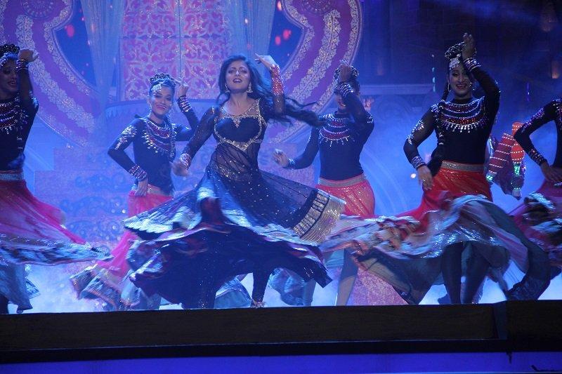 Drashti Dhami performs at Zee Rishtey Awards 2015