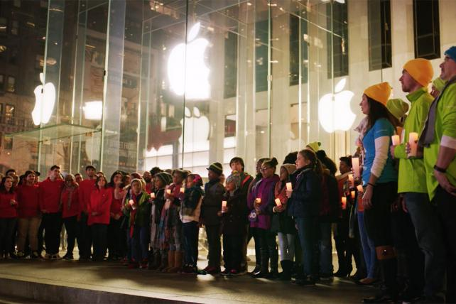 Microsoft ad calls for truce with Apple, if only for the holidays https://t.co/lyomt6TkdE https://t.co/AqUQj7Fq0O