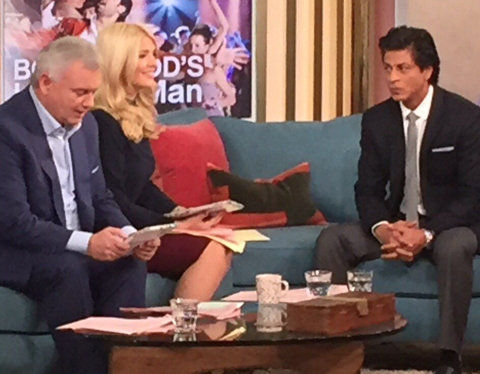 Check @iamsrk's face!   The moment when the presenter confused #Dilwale with #Diwali