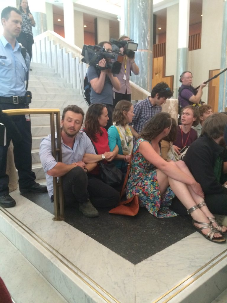 #peoplesparliament last ppl holding on with locked arms steps Parl't #peoplesclimate #auspol https://t.co/tSyC8zxYZc