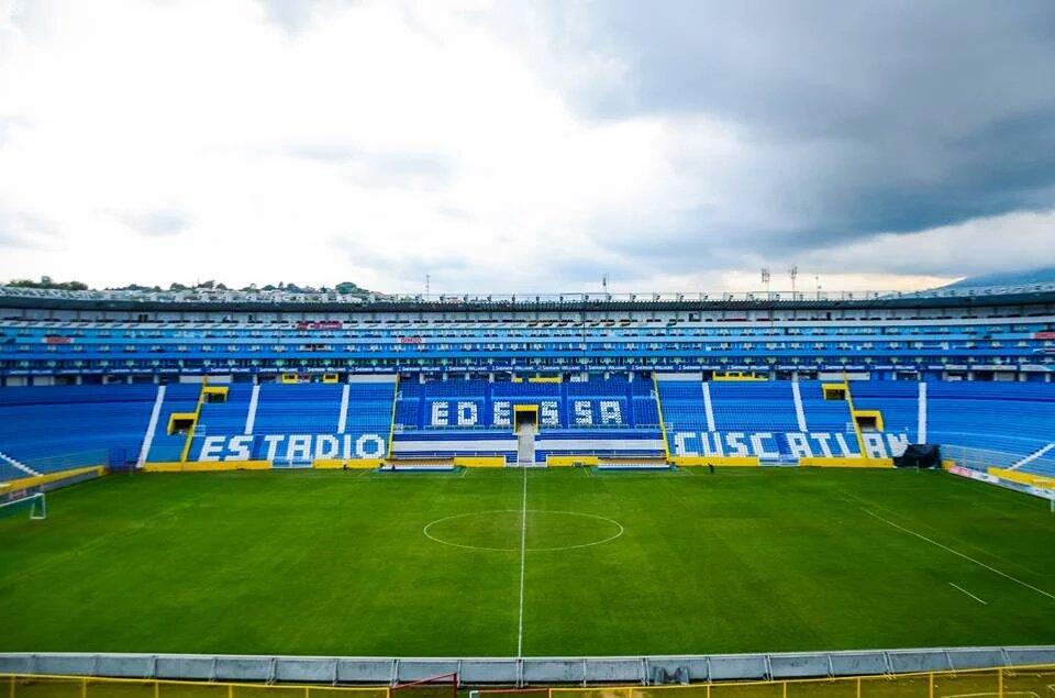 Estadio Cuscatlan es pintado de azul y blanco. CVLKXMyW4AIChOm