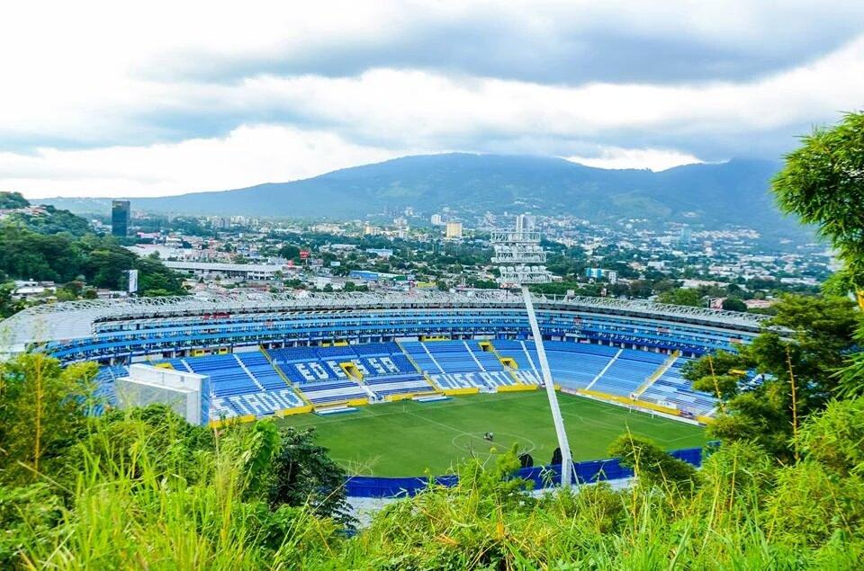 Estadio Cuscatlan es pintado de azul y blanco. CVLKXdCXAAAeYvg