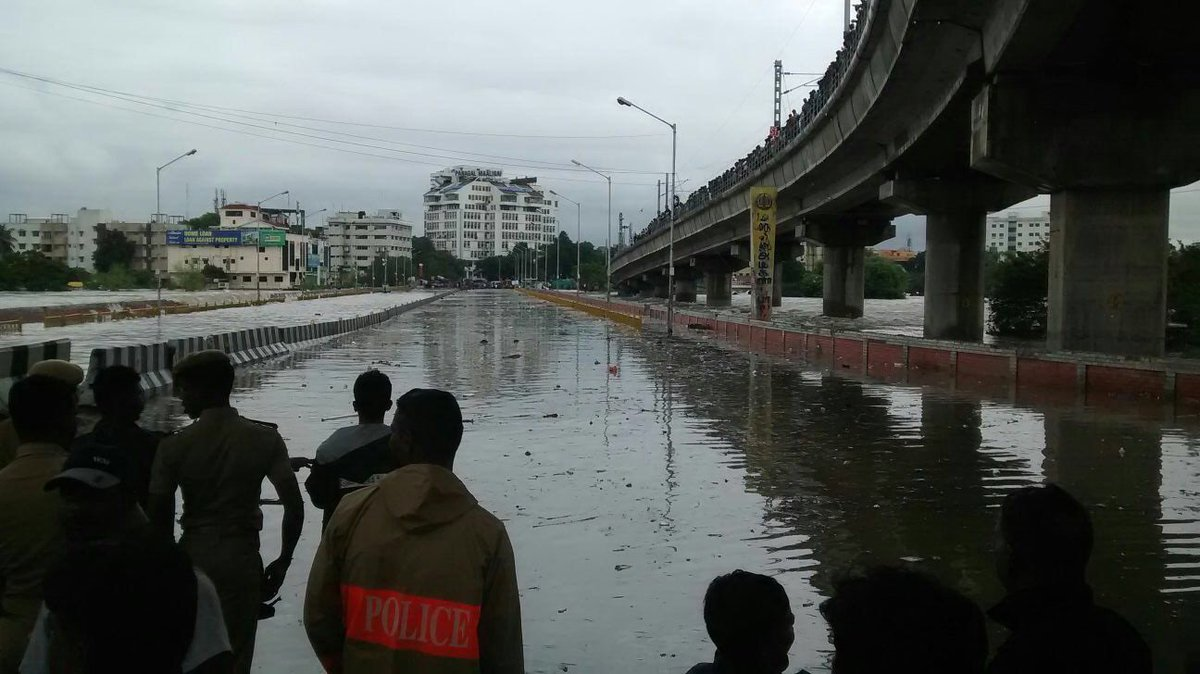 #Alert: Saidapet bridge is closed... It's literally shaking. #chennairains #ChennaiFloods https://t.co/Q805cmsLcn