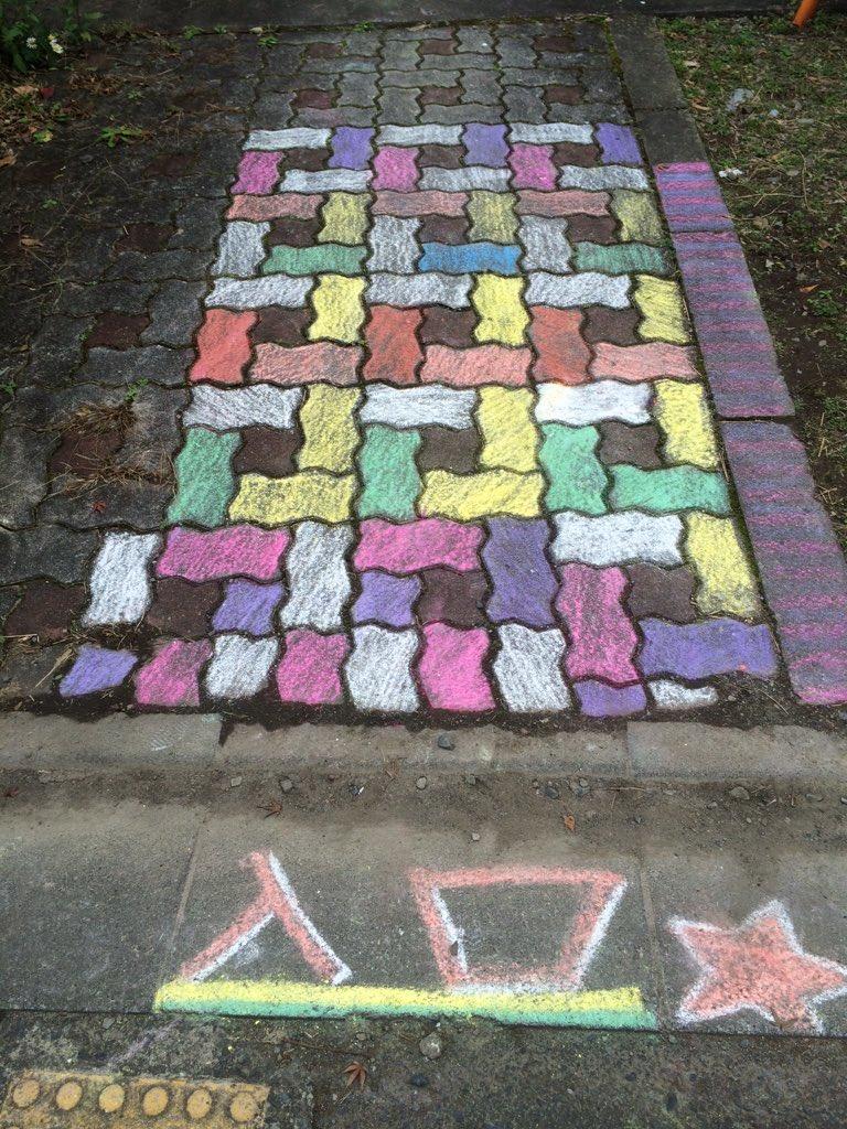 通りがかりの団地の入り口にチョークで色を塗ってあった。なになになに?お誕生会でもあるの?ワクワクだ! https://t.co/YnnsyOtDIS