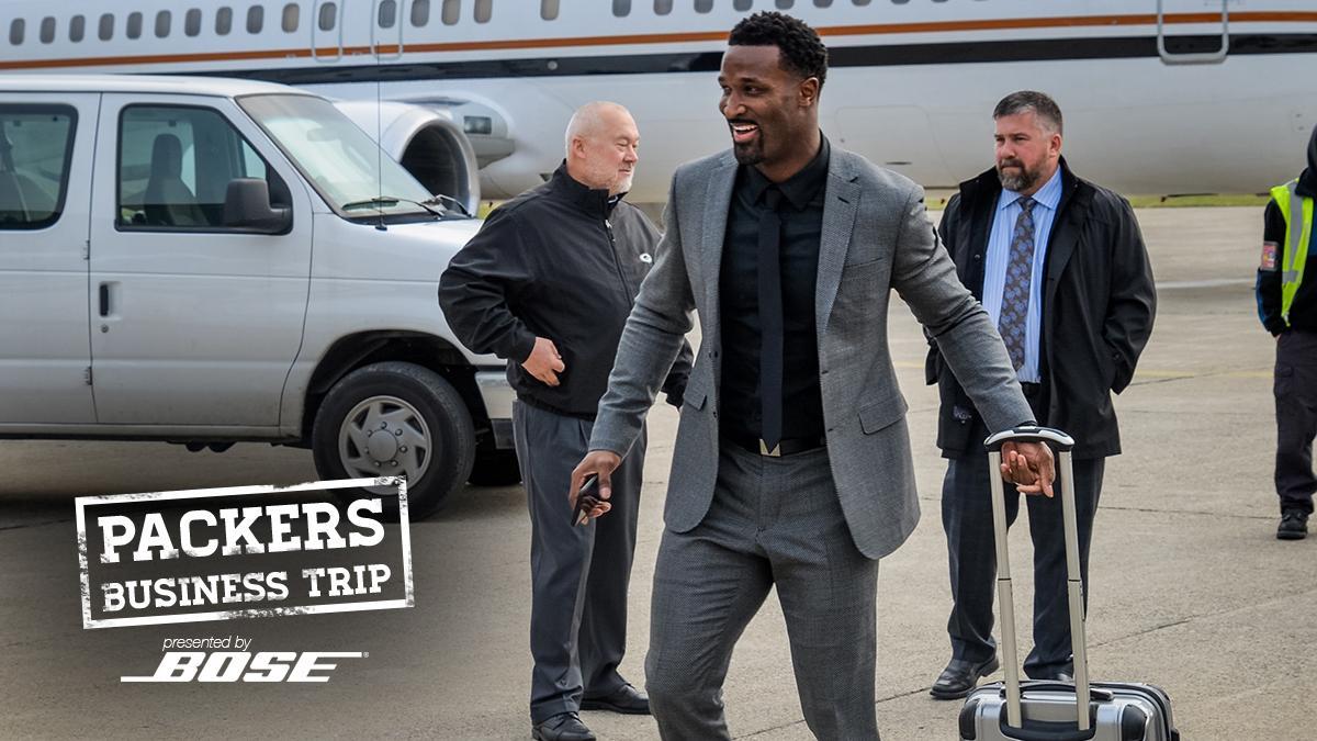 James Jones steps off the plane in Detroit.  #PackersBusinessTrip 📷: https://t.co/oLLn1Nf5L9 https://t.co/8Kpvy69z0a