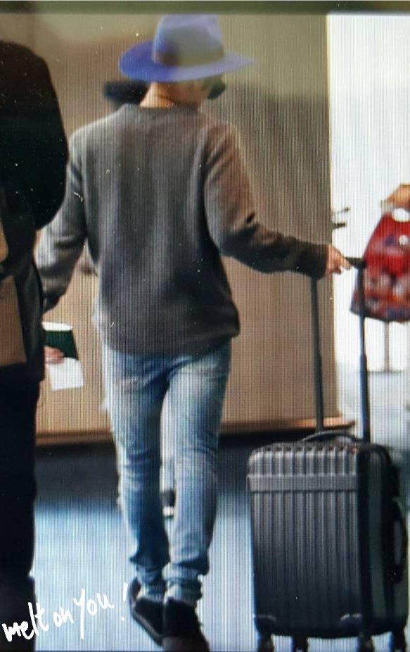 151203 Jonghyun @ Aeropuerto de Hong Kong.  CVRYLa4U4AAxhOo