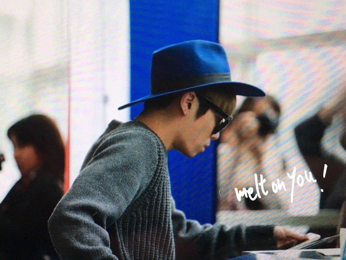 151203 Jonghyun @ Aeropuerto de Hong Kong.  CVRc3sfUsAAyZqF