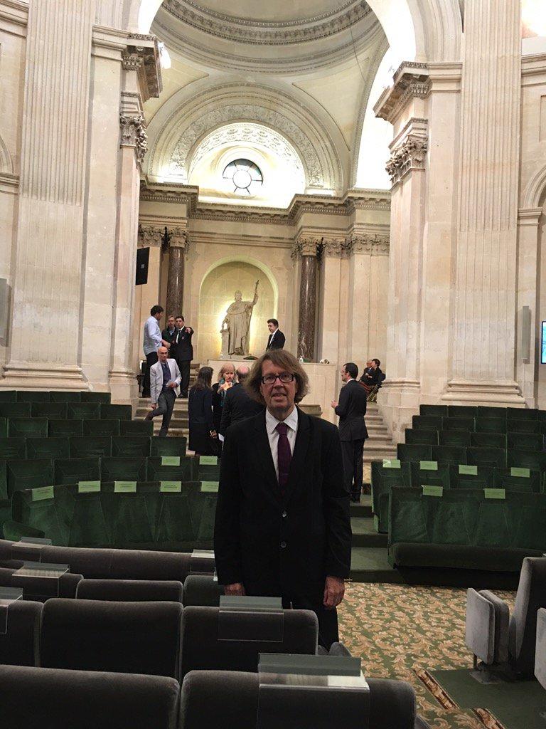 Le poète @ClaudeBosoleil arrive à l'Académie française où il reçoit le prix Heredia pour son recueil Mystère Wilde https://t.co/qGqPQZ7xQp