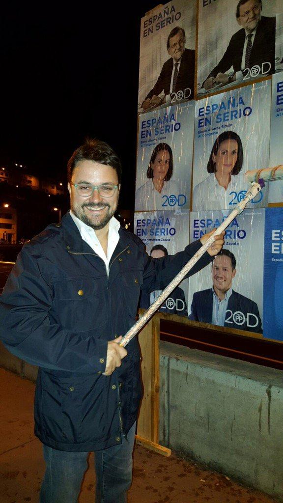 Asier Antona pegando carteles de campaña